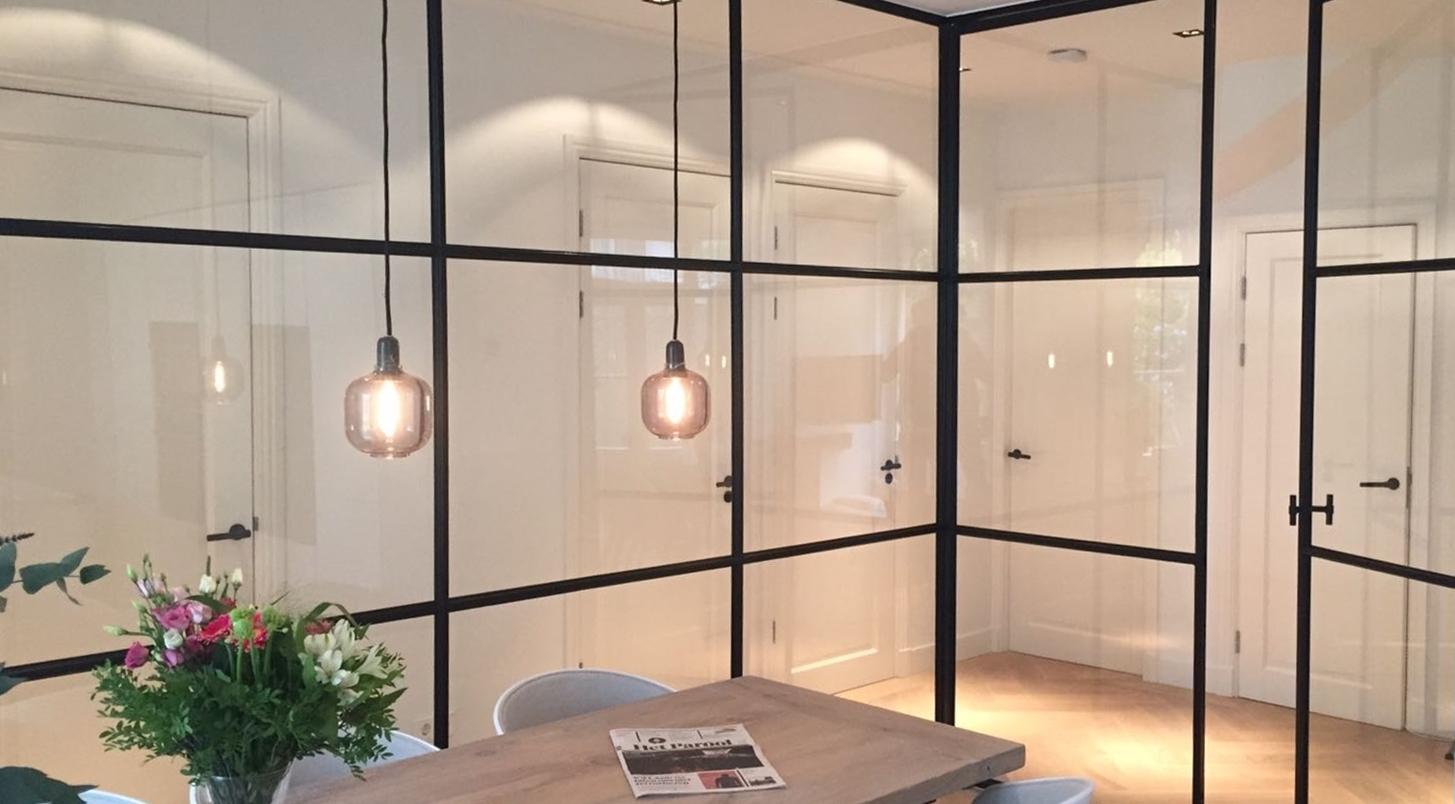 Stahl Glaswand mit Tür in der Praxis