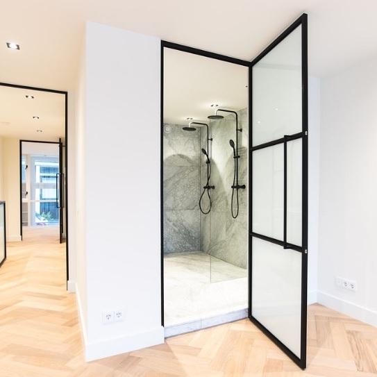 Stahltür Glas zum Badezimmer