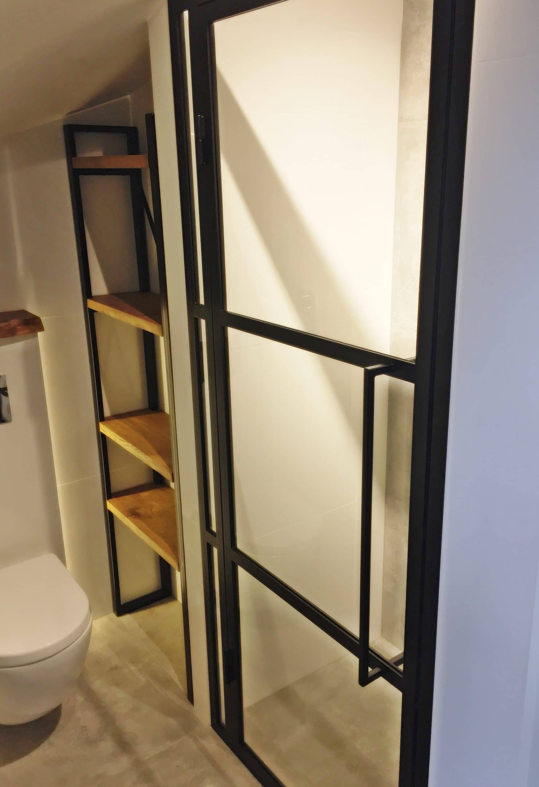 Stahl Glas Tür in kleinen Raum