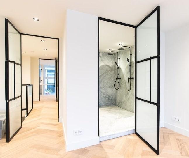 Stahl Glastür mit Milchglas im Badezimmer
