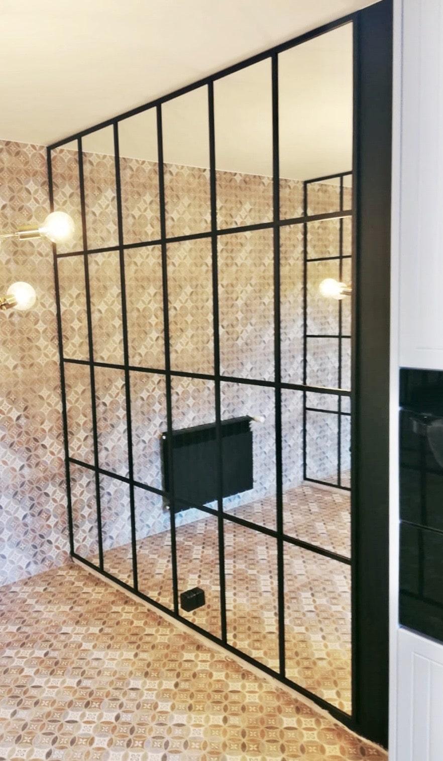 Trennwand mit Glas und Stahl im Innenraum