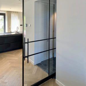 Stahl Pivottür Im Modernen Haus