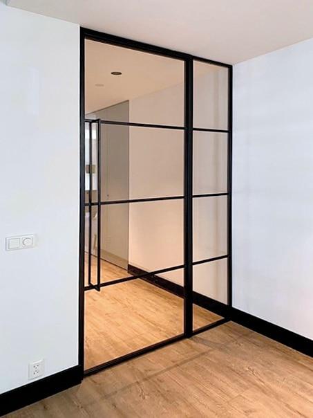 Glastür und Wand zwischen Flur und Wohnzimmer