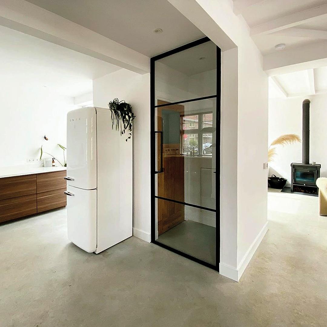 Trendiges Interieur mit hoher Glastür